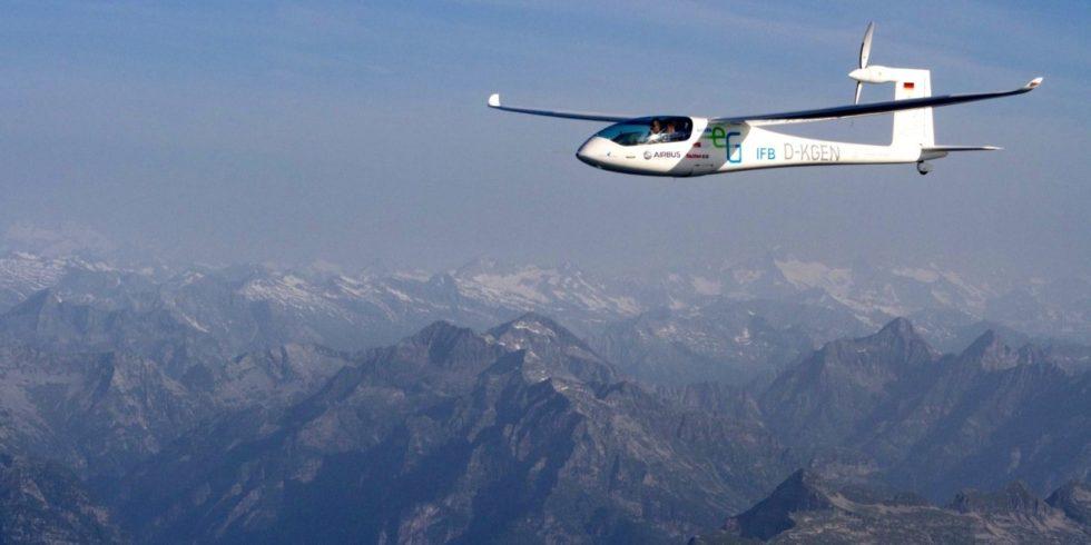Elektrisches Flugzeug e-Genius über den Alpen