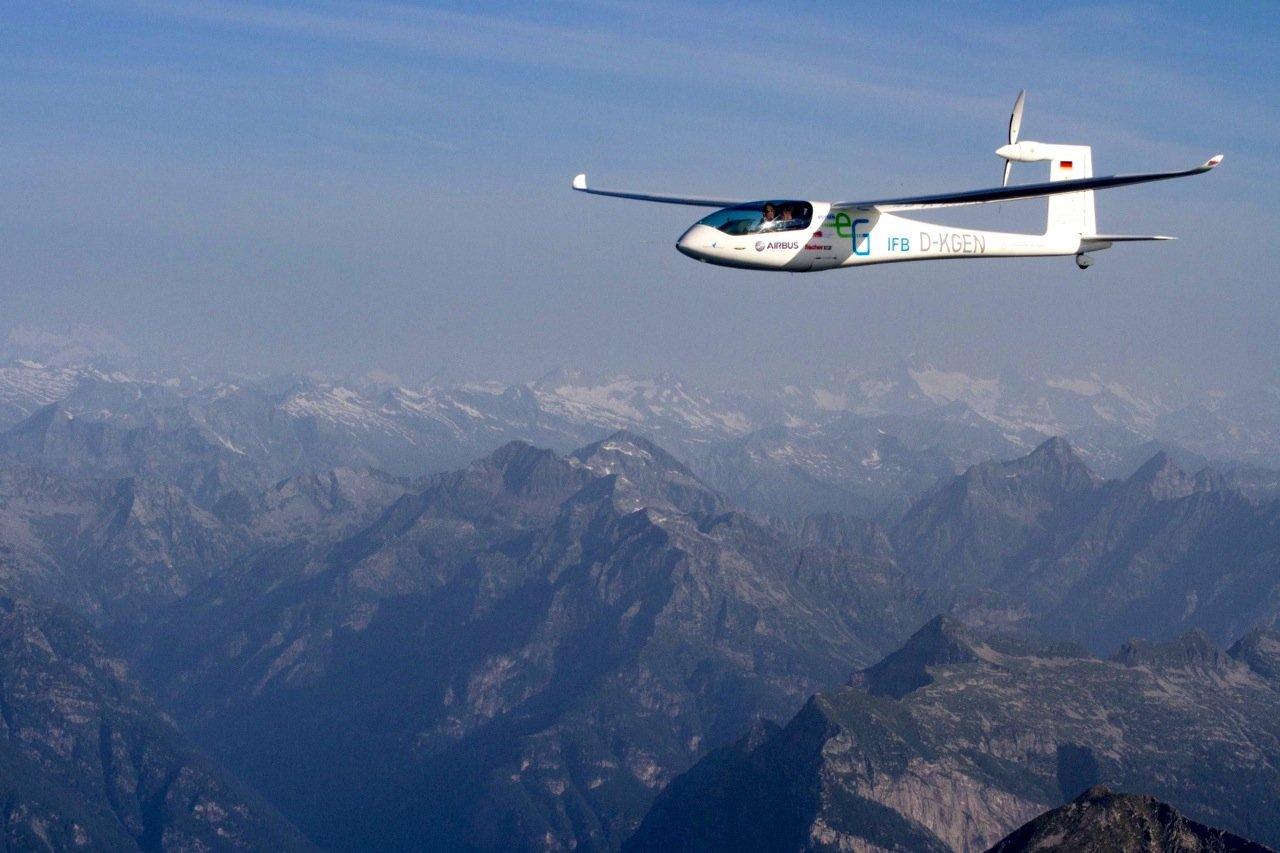 In nur zwei Stunden legte die e-Genius 320 km zurück. Der Energieverbrauch für Hin- und Rückflug zwischen Stuttgart und Lago Maggiore betrug nur umgerechnet 9,2 l Benzin. Im Hintergrund sieht man die schneebedeckten Alpen.