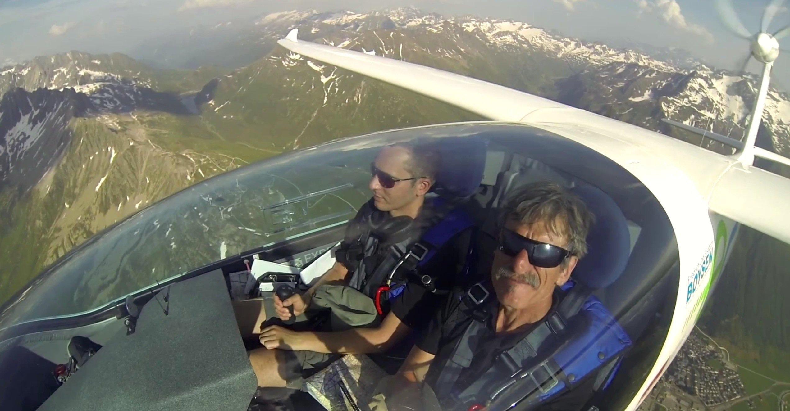 Die PilotenKlaus Ohlmann (r.) undIngmar Geiß im Cockpit der e-Genius.