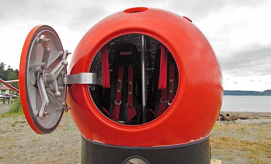 Survival Capsule: Platz für zwei Personen bietet dieses Modell der Rettungskapsel. Sie schützt vor Wasser, Kollisionen und kurzzeitig auch vor Bränden.