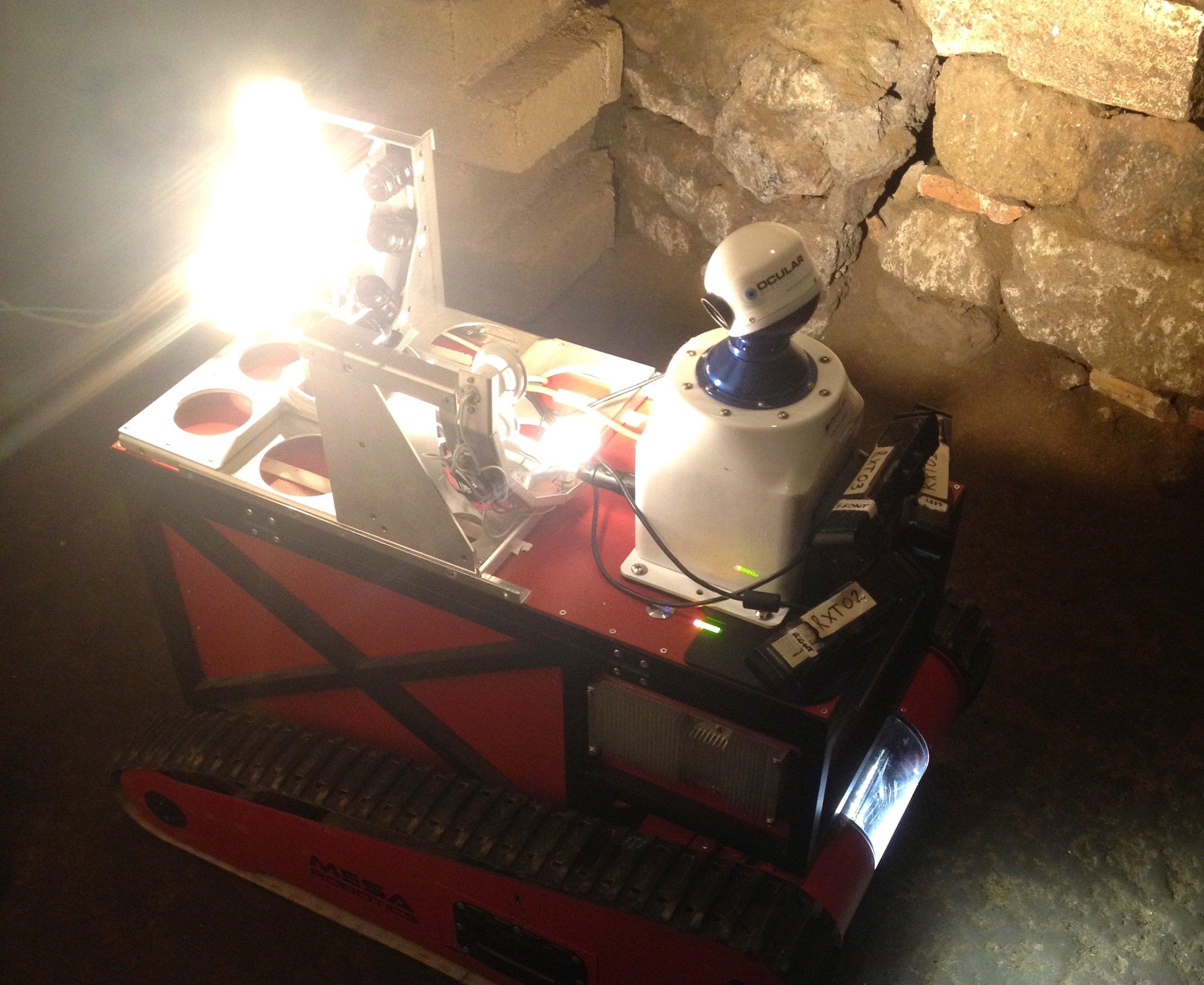 In schmalen Gängen von 60 bis 70 cm findet sich der Roboter Rovina zurecht. Das Besondere des Roboters ist aber nicht die Hardware, sondern die Software. Mit ihrer Hilfe kann Rovina während der Fahrt seine Umgebung kartieren und sich selbstständig zurechtfinden. Mit 50-Watt-LED-Lampen leuchtet er die Katakomben aus, um die Umgebung für ein späteres 3D-Modell zu filmen.