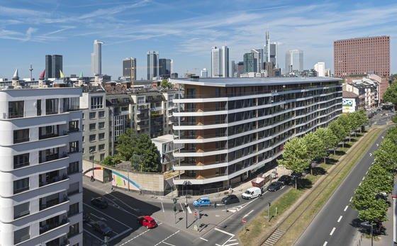 Es produziert mehr Strom als in ihm verbraucht wird: Das Aktivhaus der Wohnungsbaugesellschaft ABG in Frankfurt hat nicht nur Solarzellen auf dem Dach, sondern nutzt durch Wärmetauscher auch die Energie des Abwassers.