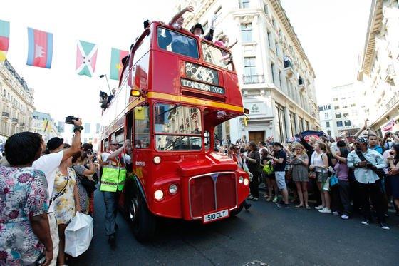 Original Roadmaster-Doppeldecker mit der Olympischen Fackel 2012 in London: Die Oldies werden zunehmend durch moderne Busse mit Elektromotoren ersetzt.