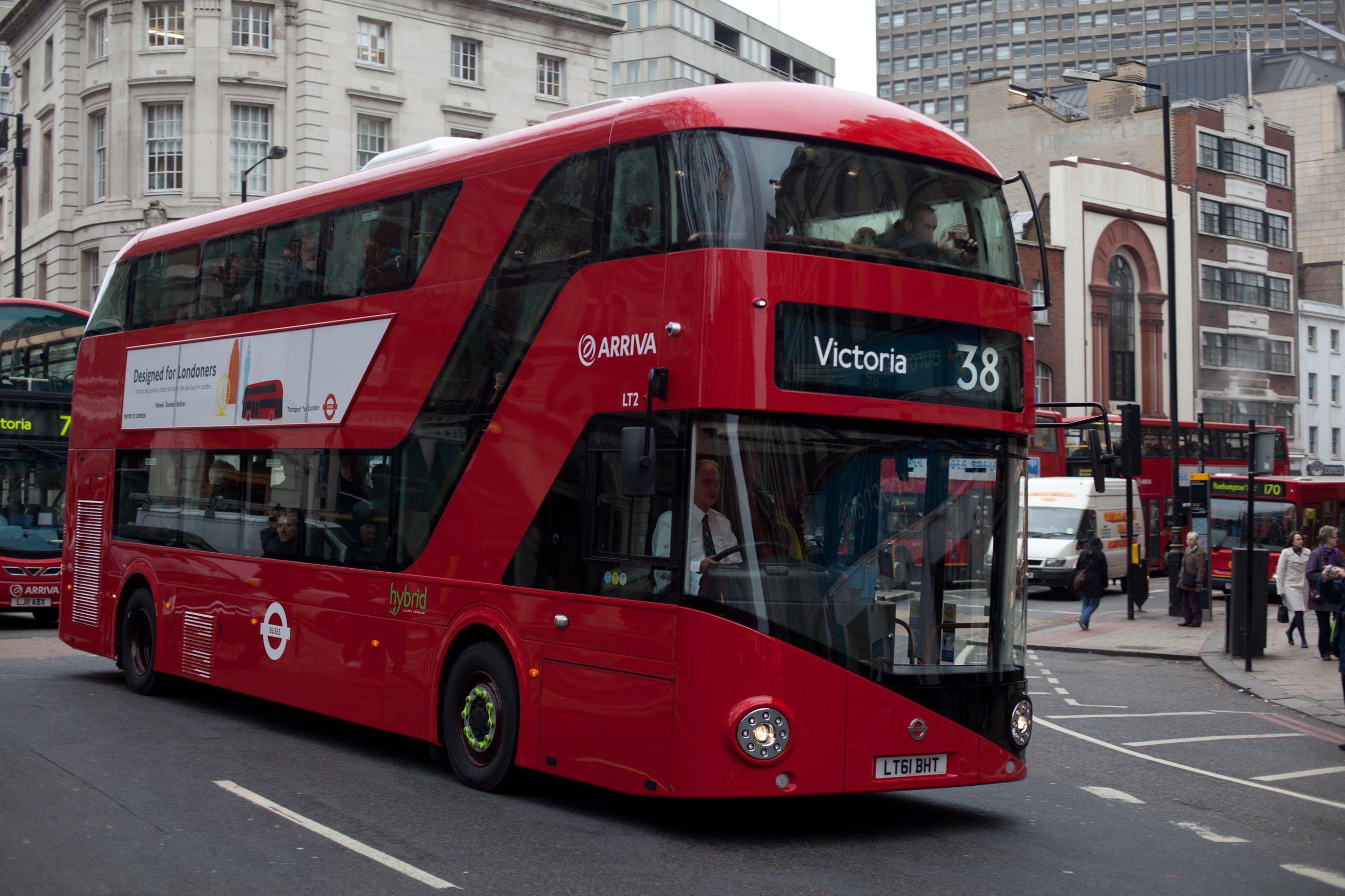 Die Londoner Verkehrsbetriebe TfL setzen derzeit rund 1300 Hybridbusse ein.