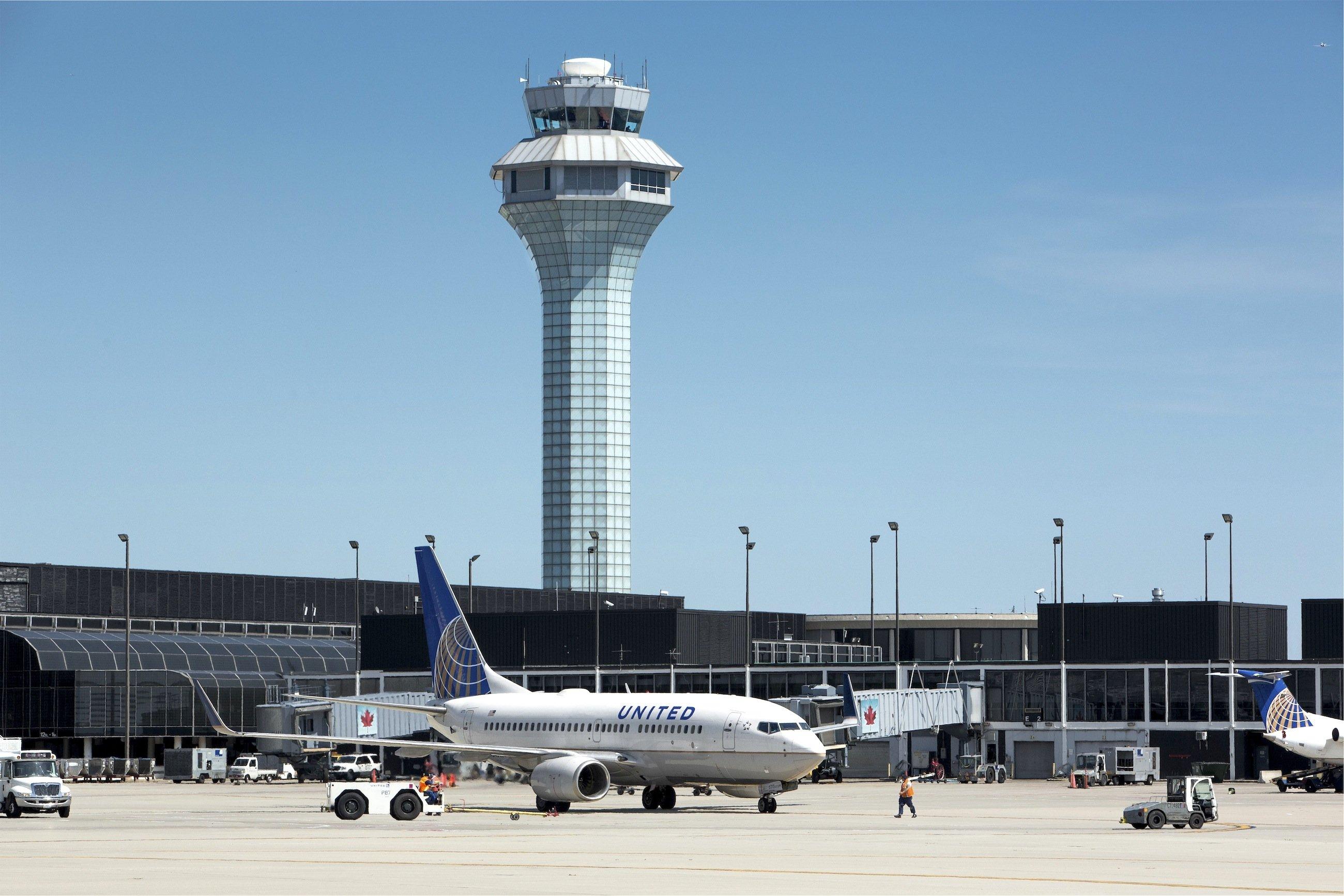 Boeing 737 der United Airways auf dem Chicago O'Hare International Airport: United ist weltweit eine der größten Fluglinien und Partner der Lufthansa in der Star Alliance.