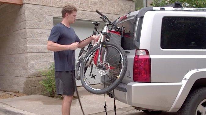 Der aufgeblasene Affe trennt Auto und Fahrrad während der gesamten Fahrt – auch bei Schlaglöchern, scharfem Bremsen sind diese vor Beschädigungen gefeit.