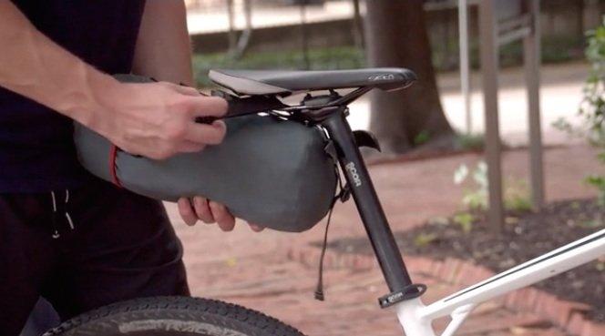 Immer dabei: Dank Tasche und geringer Größe kann der Kofferraum-Affe im Ur-Zustand auch bequem auf dem Fahrrad mitgenommen werden.