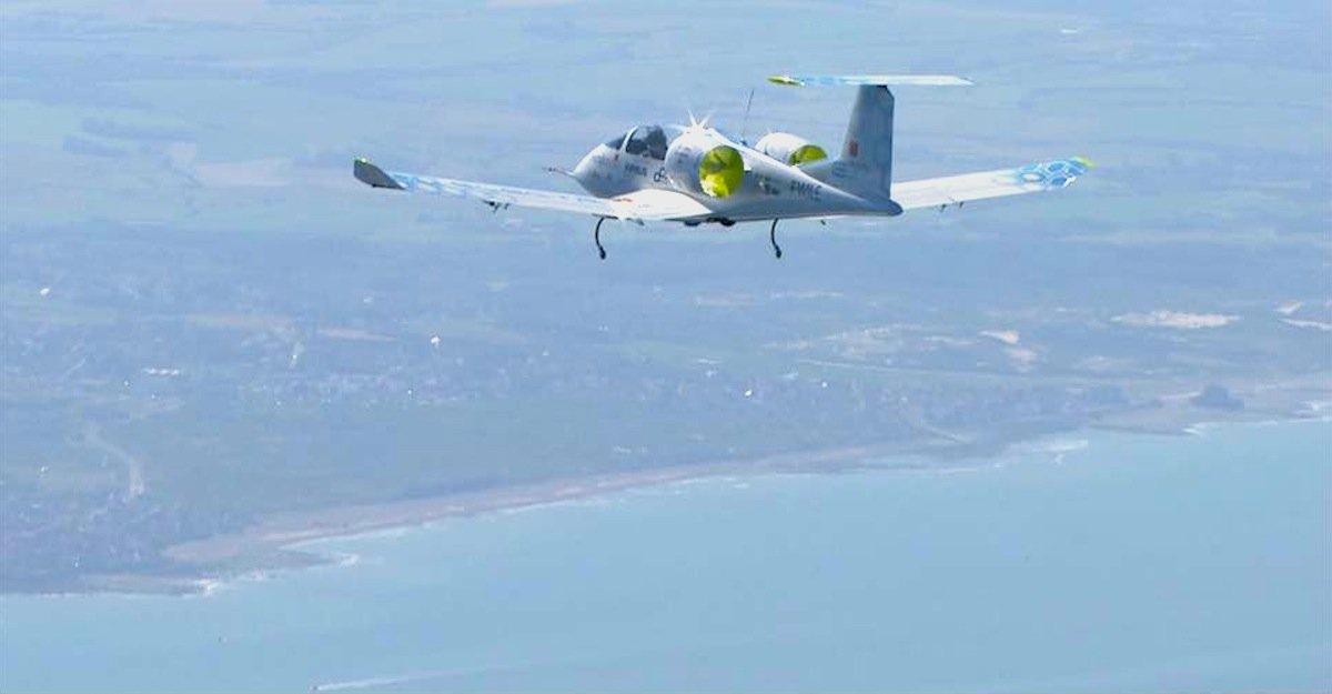 Blick auf die französische Kanalküste: Allerdings war die E-Fan von Airbus doch nicht das erste Elektroflugzeug, das den Ärmelkanal überquert hat. Am Donnerstag kam Airbus derfranzösische Pilot Hugues Duval zuvor. Er brauchte mit seinem Elektroflugzeug nur 17 min für den Flug von Calais nach Dover.