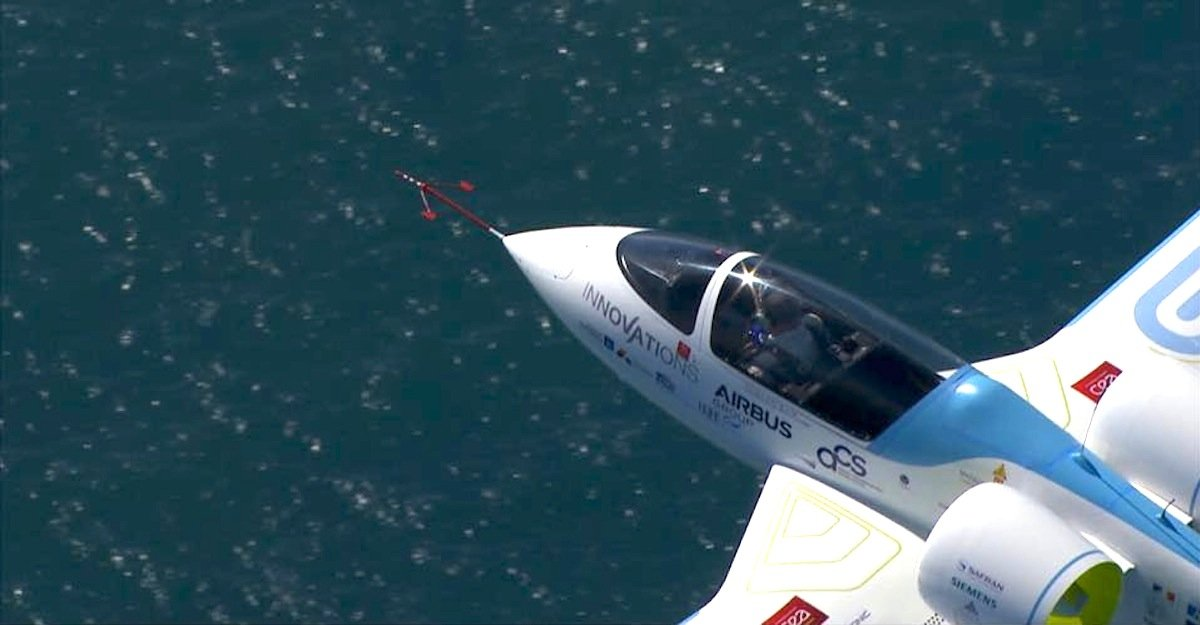 Die E-Fan von Airbus über dem Meer: Siemens, Lieferant der Propeller, hat offenbar ein anderes Team daran gehindert, dem Rekordversuch von Airbus zuvor zu kommen.
