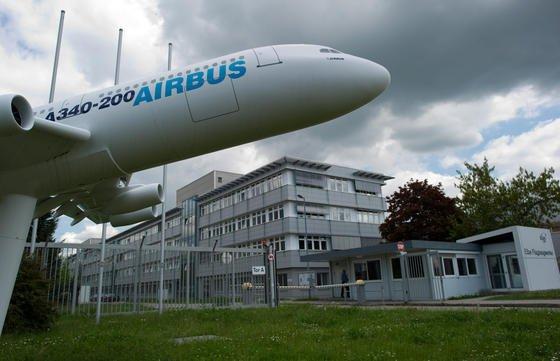 EADS Elbe Flugzeugwerke in Dresden:Der Rüstungskonzern und Flugzeugbauer Airbus, früher EADS, steht nachweislich seit 2005 auf der NSA-Liste interessanter Firmen in Europa. Seitdem versucht der US-Geheimdienst mithilfe des BND Airbus auszuforschen. 2011 wurde der Konzern Opfer einer massiven Spionageattacke, wie jetzt bekannt wurde.