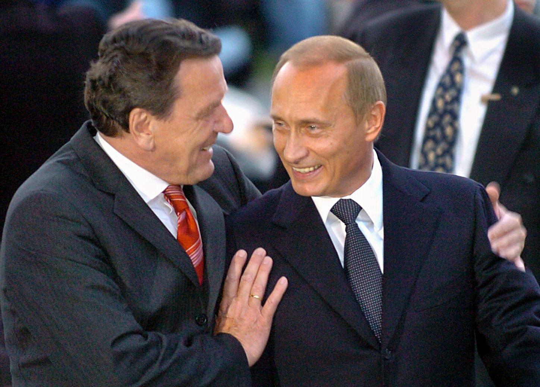 Der frühere Bundeskanzler Gerhard Schröder (l.) begrüßt den russischen Präsidenten Wladimir Putin zu seiner Geburtstagsfeier in Hannover:Wegen der engen Verbindung der beiden Politiker spionierte die NSA Gerhard Schröder auch nach seiner Kanzlerschaft weiter aus. Auch sein schneller Einstieg bei Gazprom macht Altkanzler Schröder interessant für die NSA.