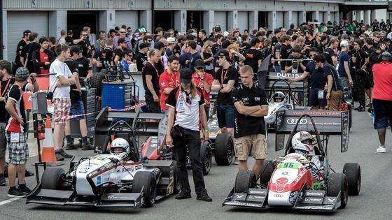 Start zum Rennen der Formula Student in Silverstone: Vorne rechts im Bild das Team der Westsächsischen Hochschule Zwickau, das zweiter wurde. In der zweiten Startreihe zu sehen das Team der TU Delft, das am Ende souverän vorne lag.