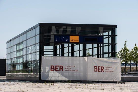 """Gesperrter Zugang zum Bahnhof am Flughafen Berlin Brandenburg: Die """"Restarbeiten"""" zur Eröffnung des BER sind zu 36 % erledigt, meldet der Flughafen. Ist das eine gute oder eine schlechte Nachricht? Das Unkraut wächst zumindest weiter fleißig vor sich hin."""