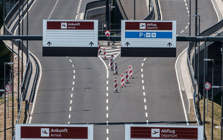 Leere Zufahrtsstraßen zum neuen Hauptstadtflughafen Berlin Brandenburg:Der Flugbetrieb am BER soll im zweiten Halbjahr 2017 aufgenommen werden. Aber auch 2018 ist im Gespräch.