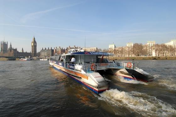 Linienboot auf der verschmutzten Themse in London: Der Fluss ist so schmutzig, dass die Stadt nun für fast 6 Mrd. € einen 32 km langen Abwasserkanal entlang der Themse baut. Er soll überschüssiges Abwasser, das bislang in den Fluss gelangte, in Kläranlagen leiten.