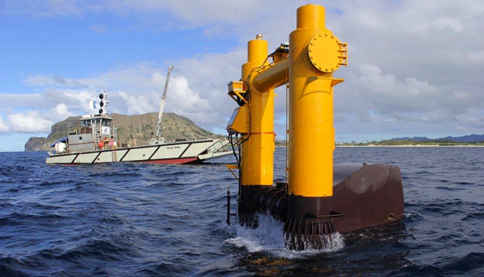 An der Wasseroberfläche vor der Küste von Hawaii nimmt die Anlage das Hin und Her der Wellen auf. Ein Schwimmer folgt dem Auf und Ab.