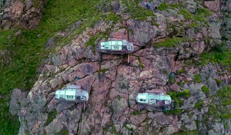 400 m hoch über dem Talgrund hängen die Drei-Zimmer-Lodges im Heiligen Tal in Peru in der Steilwand. Sie sind nur zu Fuß für Bergsteiger zu erreichen.