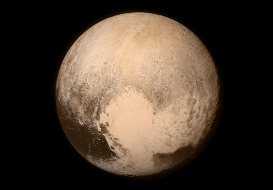 Das letzte Pluto-Bild der New Horizons vor dem Vorbeiflug: Deutlich besser als jemals zuvor lassen sich die Strukturen der Oberfläche erkennen.