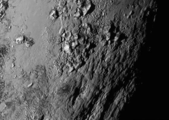 Das erste hoch auflösende Bild des Pluto stammt aus der Äquatorregion und zeigt eine rund 3500 Meter hohe Bergkette.