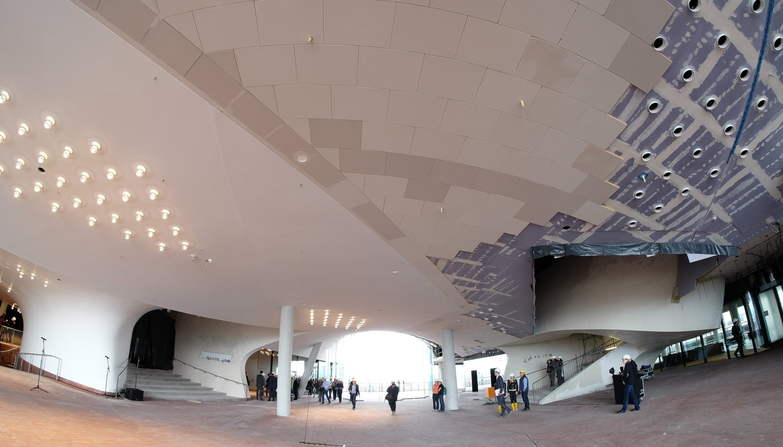 Die Plaza der Elbphilharmonie soll ein Raum zum Flanieren werden. Hier sollen sich die Besucher von der Architektur des Gebäudes beeindrucken lassen.