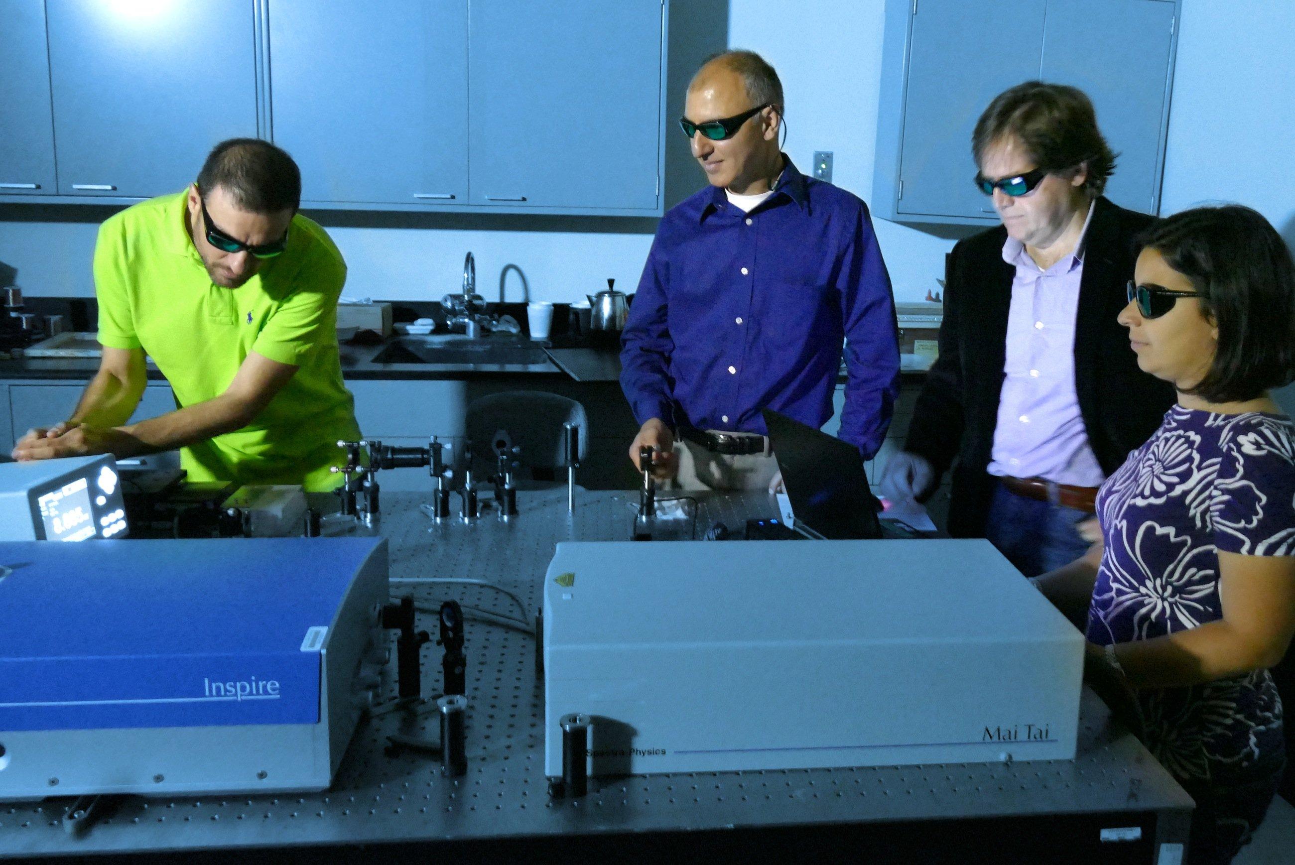Die US-Forscher Domenico de Ceglia, Neset Akozbek, Dr. Michael Scalora und Maria Antonietta Vincenti (v.l.n.r.) testen die neuartigen Solarzellen, die 1000 mal dünner als ein Platt Papier sein sollen.
