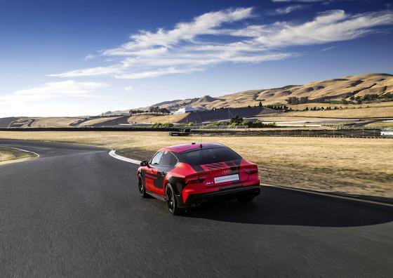 """Mit fast 200 km/h Spitzengeschwindigkeit raste der Audi RS 7 """"Robby"""" mit Autopilot über die kurvenreiche Berg- und Tal-Strecke des kalifornischen Sonoma Raceway in Kalifornien – schneller als so mancher Sportfahrer, der den gleichen Wagen selber fuhr."""