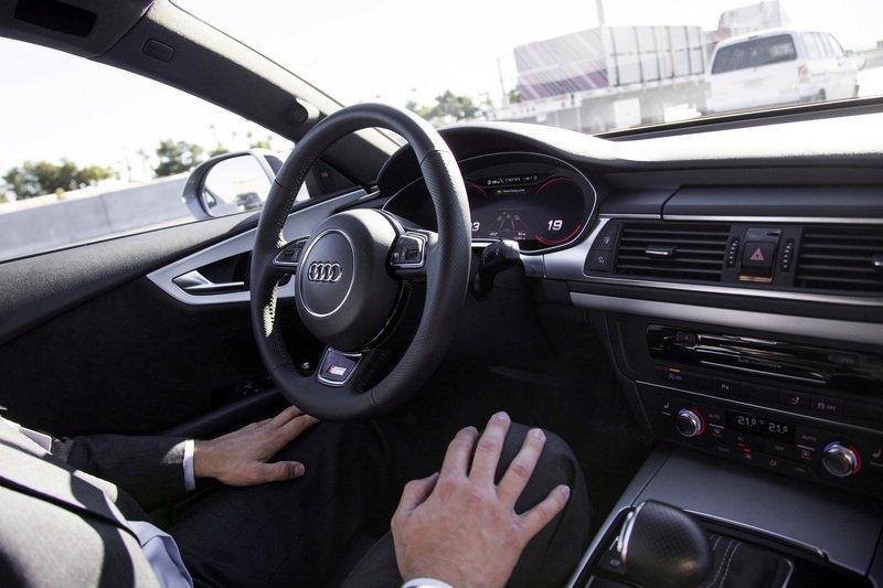Der sogenannte Staupilot soll Audi-Fahrer künftig im Stau entlasten. Aktiviert der Kunde das System, übernimmt das Auto vollständig die Längs- und Querführung, wenn es in einem Geschwindigkeitsbereich unter 60 km/h auf einer Schnellstraße eine Stausituation erkennt. Wenn sich der Stau auflöst oder das Ende der autobahnähnlichen Straße erreicht wird, fordert er den Fahrer auf, wieder das Lenkrad zu übernehmen.