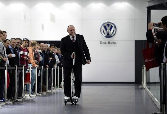 """Kleine Tour mit dem """"Last Mile Surfer"""" von VW: Werner Schreiber, Leiter Virtuelle Techniken in der Konzernforschung bei VW."""
