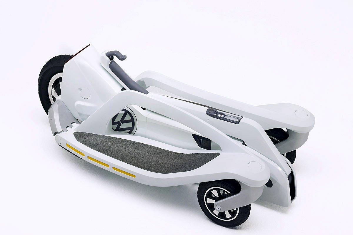 Zusammengeklappt passt der Last Mile Surfer von VW in jeden Kofferraum. Der Elektroroller soll nächstes Jahr auf den Markt kommen und weniger als 1000 € kosten.