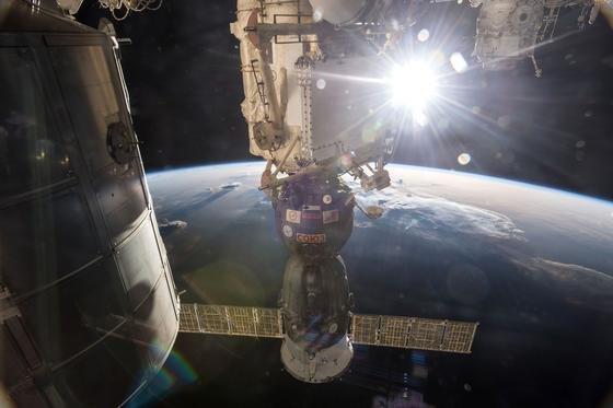 Die ISS-Besatzung musste sich gestern in die die angedockte Sojus-Kapsel retten. Ein Trümmerteil kam der ISS gefährlich nahe.Bereits vier Mal in der 15-jährigen Geschichte der Raumstation musste die Besatzung sich in die angedockte Raumkapsel Sojus flüchten, weil Weltraumschrott auf Kollisionskurs auf die ISS zuraste.