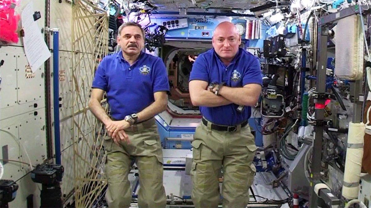 Nach dem Zwischenfall wieder zurück in der ISS: Michail Kornienko (l.) und Scott Kelly sind seit März 2015 an Bord der ISS und werden noch bis zum März 2016 dort bleiben. Der einjährige Aufenthalt soll Fragen zu Langzeitwirkung der Schwerelosigkeit beantworten.
