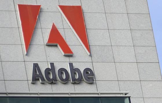 Der Schriftzug Adobe am Hauptsitz von Adobe Systems in San Jose in Kalifornien: Der Software-Konzern hat erneut Sicherheitsprobleme mit seinem Flash Player.
