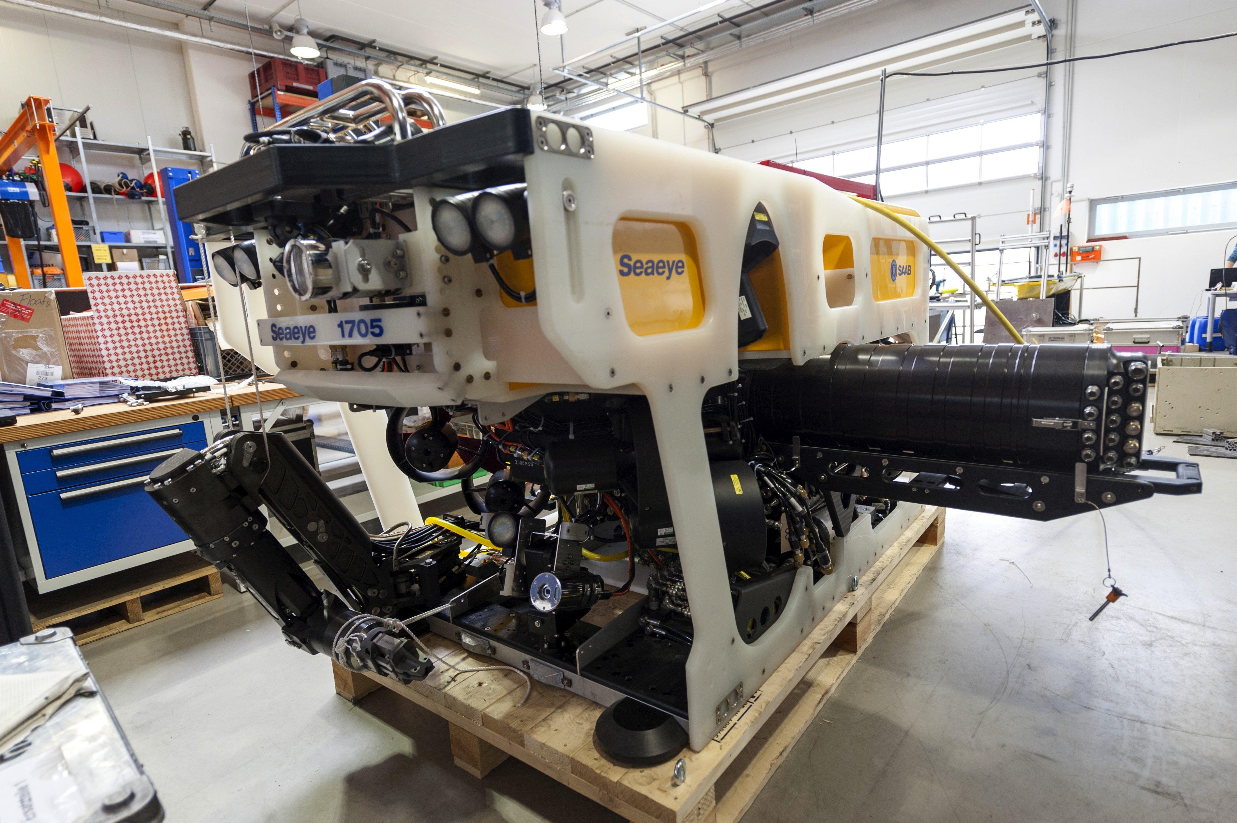 Das ist ein Tauchroboter!Das Bremer Zentrum für Maritime Umweltwissenschaften will das neue Gerät in Tiefen von rund 2000 m einsetzen. Derzeit wird derTauchroboter Marum-Squiderprobt. Seinen ersten Einsatz hat er im nächsten Jahr vor der afrikanischen Küste, wo er Kaltwasserkorallen in der Tiefsee untersuchen soll.