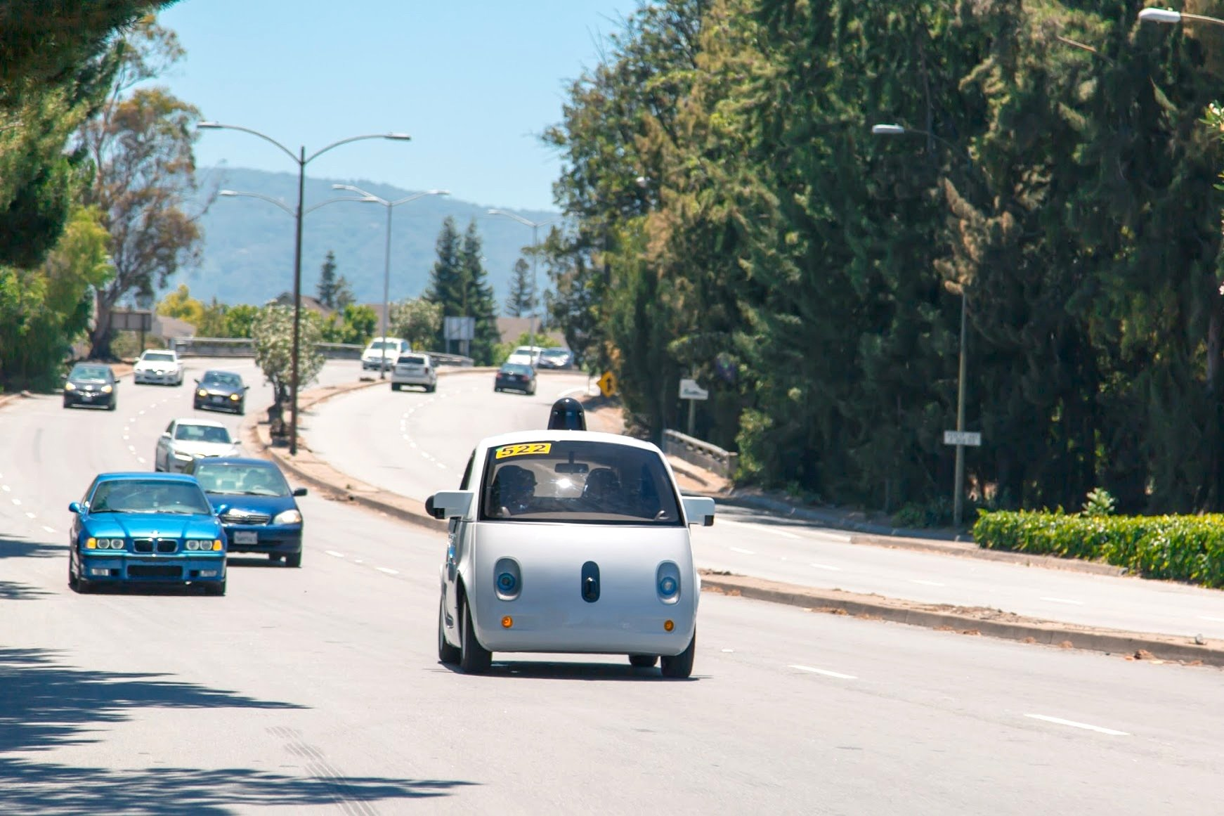 Derzeit unterhält Google eine Testflotte von 23 autonom fahrenden Lexus-SUVs und 25 selbst entwickelte Prototypen. Diese haben mittlerweile fast 1,8 Mio. km auf öffentlichen Straßen zurückgelegt.