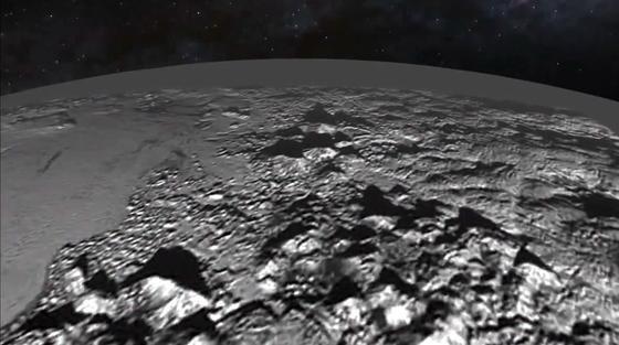 Foto vom Vorbeiflug am Pluto: Die Oberfläche des Pluto ist in Teilen von hohen Bergen aus Eis geprägt.
