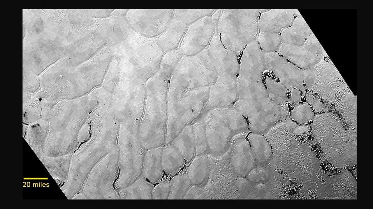 """""""Dieses Terrain ist nicht einfach zu erklären"""", sagt Nasa-Wissenschaftler Jeff Moore. Die Wissenschaftler tauften die Fläche, die mitten in einer Art hellem Herz auf der Oberfläche des Pluto liegt, auf den Namen Sputnik-Ebene. Die Schlieren auf der Oberfläche des Zwergplaneten wurden vermutlich vom Wind geformt."""