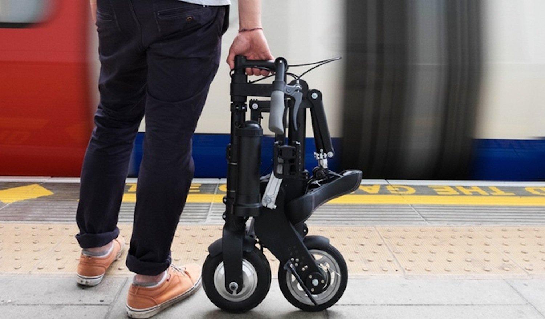 Zusammengefaltetes A-Bike Electric: In diesem Zustand ist das Elektroklapprad mit 21x40x70 cm kaum größer als ein Regenschirm. Es wiegt 11,8 kg.