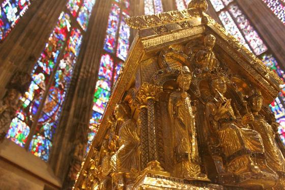 Auf der Stirnseite des Karlsschreins thront – unter dem segnenden Christus – Karlder Große, neben ihm als seine Begleiter Papst Leo III. und Erzbischof Turpin von Reims, diestehend dargestellt sind.