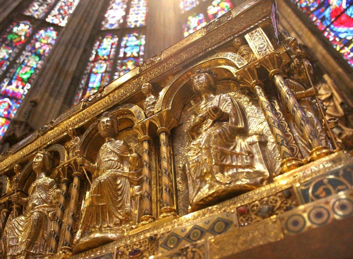 Detail des Karlsschreins in Aachen: Am Mittwoch wird der Schrein in den Zentralbau des Domes gebracht. Anlass ist das 800 jährige Jubiläum des Schreins, in dem die Gebeine Karls des Großen liegen.