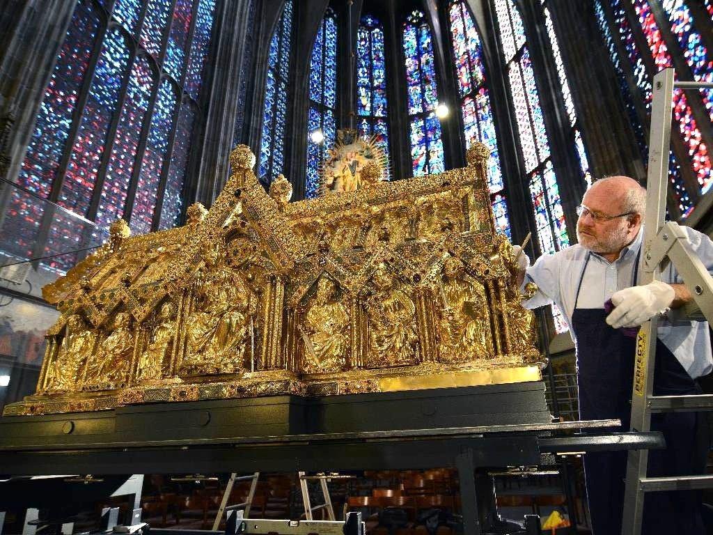 Silberschmid Lothar Schmitt bei der Arbeit am Marienschrein: Der Karlsschrein und der Marienschrein werden nur vorsichtig mit einem Pinsel von Staub gereinigt.