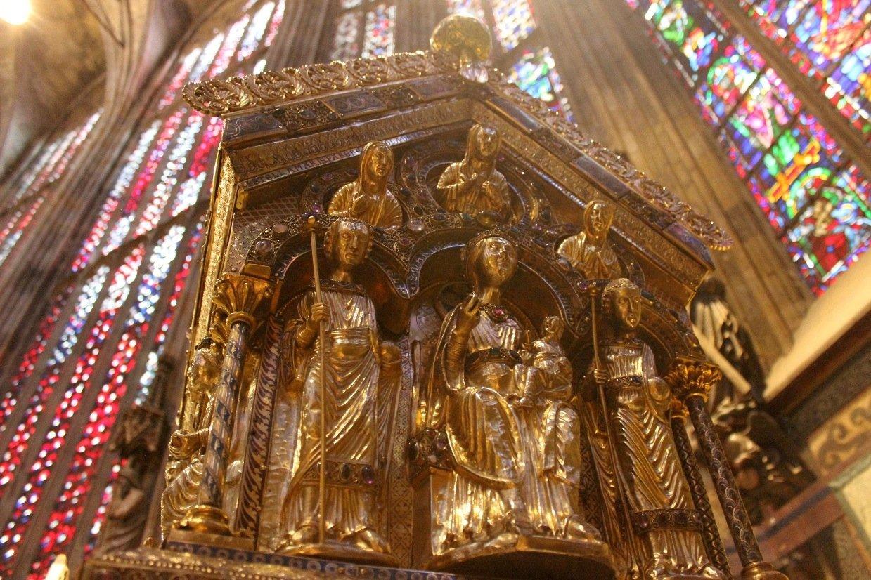 Auf der rückwärtigen Stirnseite des Karlsschreinsthronen Maria und das Christuskind. Die beiden sindbegleitet von zwei Erzengeln und den drei göttlichen Tugenden.