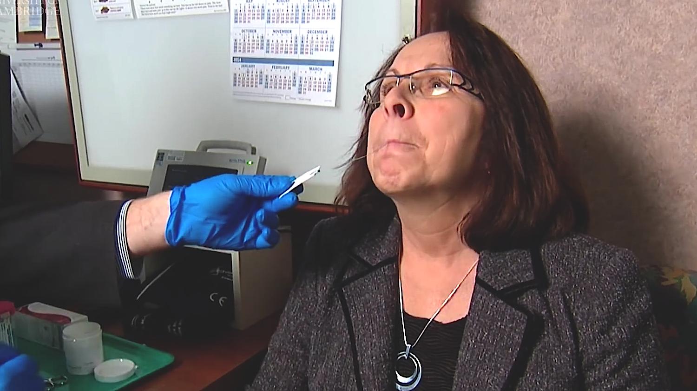 Patientin schluckt die Kapsel: Nach fünf Minuten entfaltet sich der Cyto-Schwamm im Magen.