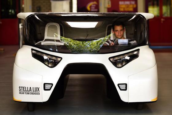 Das Elektroauto Stella Lux von vorne: Der Viersitzer soll eine Reichweite von rund 1000 km erreichen, versprechen seine Entwickler, angehende Ingenieure der TU Eindhoven.