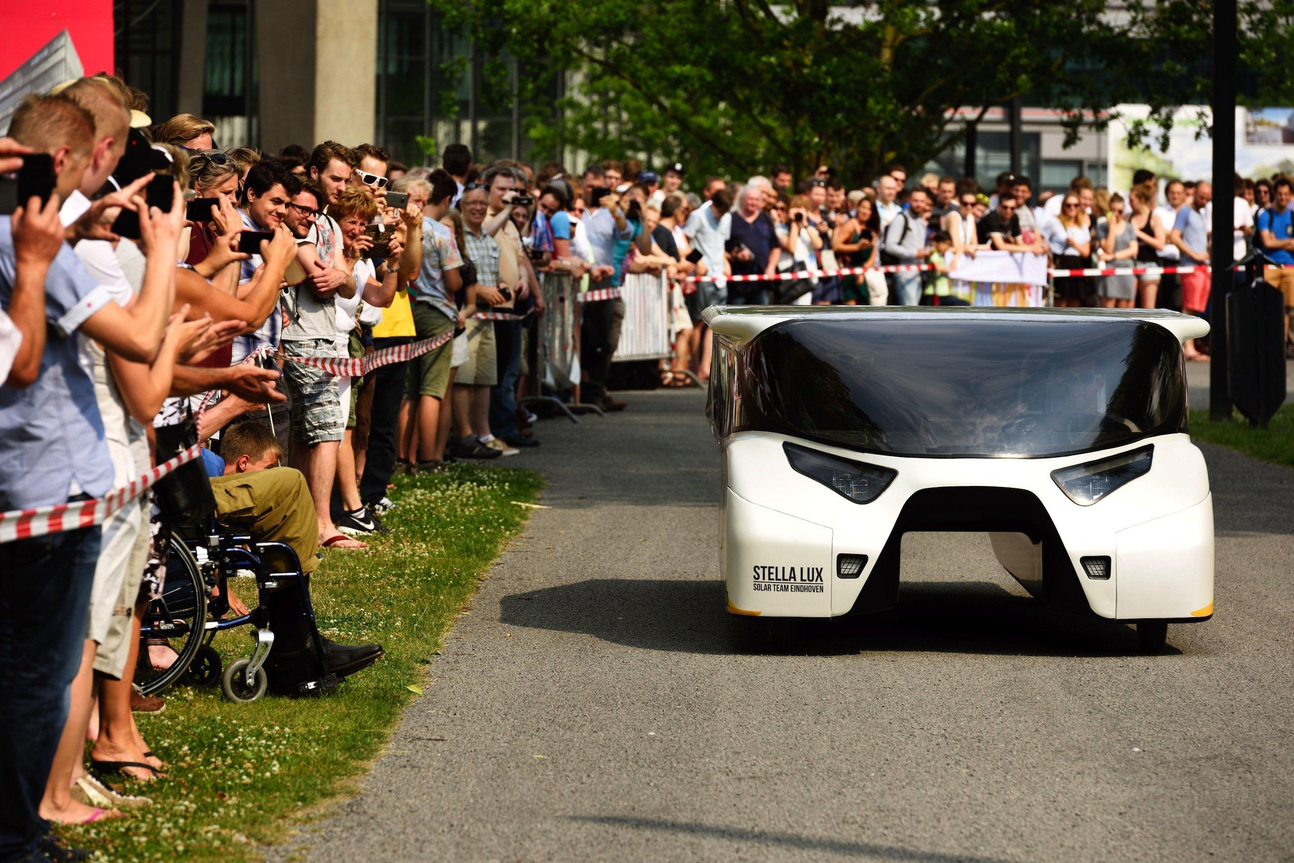 Das Elektroauto Stella Lux bei der Präsentation an der TU Eindhoven:Extrem niedrig und besonders leicht ist das solarbetriebene Auto, in dem vier Personen Platz finden.
