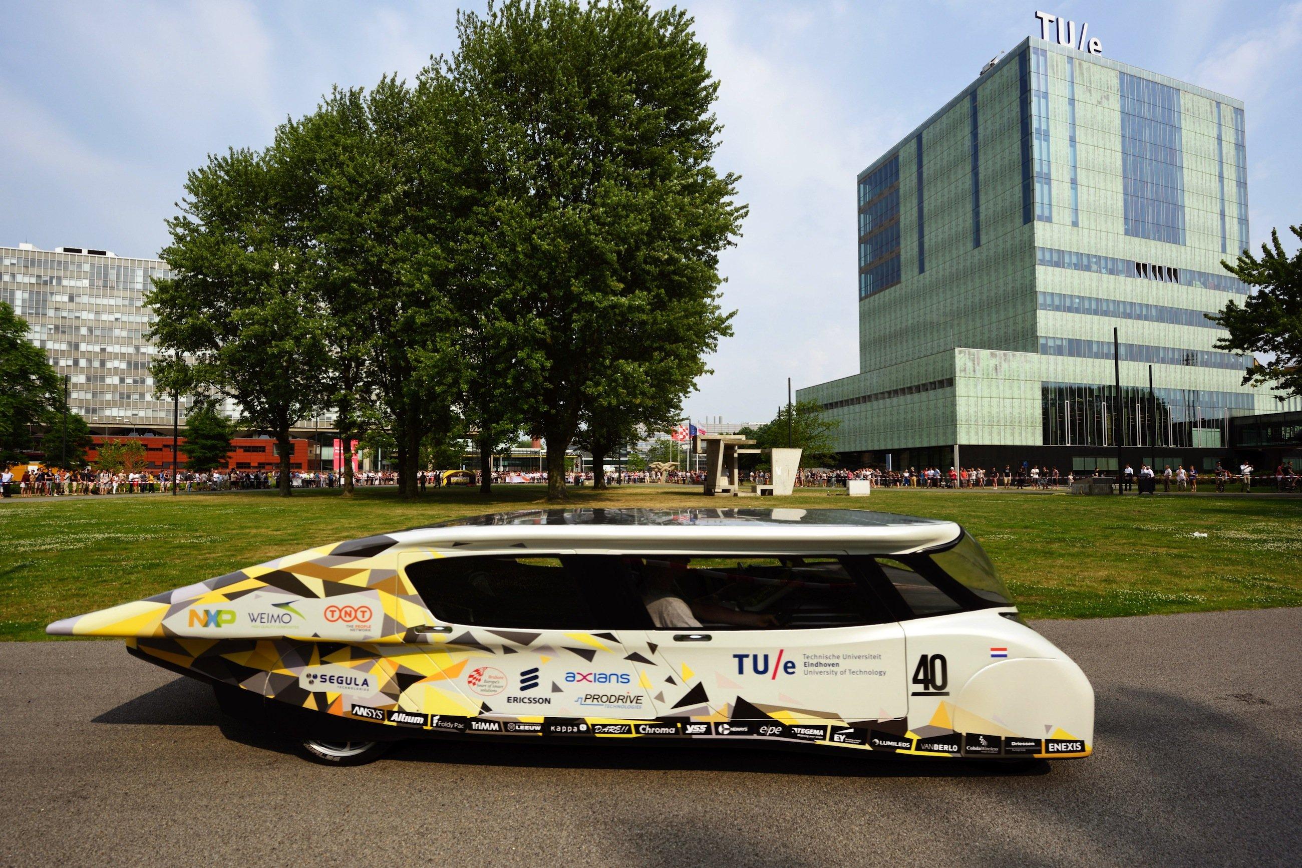Stella Lux vor der TU Einhoven: Fast 400 Solarzellen auf dem Dach und leistungsfähige Akkus versorgen das Elektroauto mit Strom. Es erreicht bis zu 125 km/h.