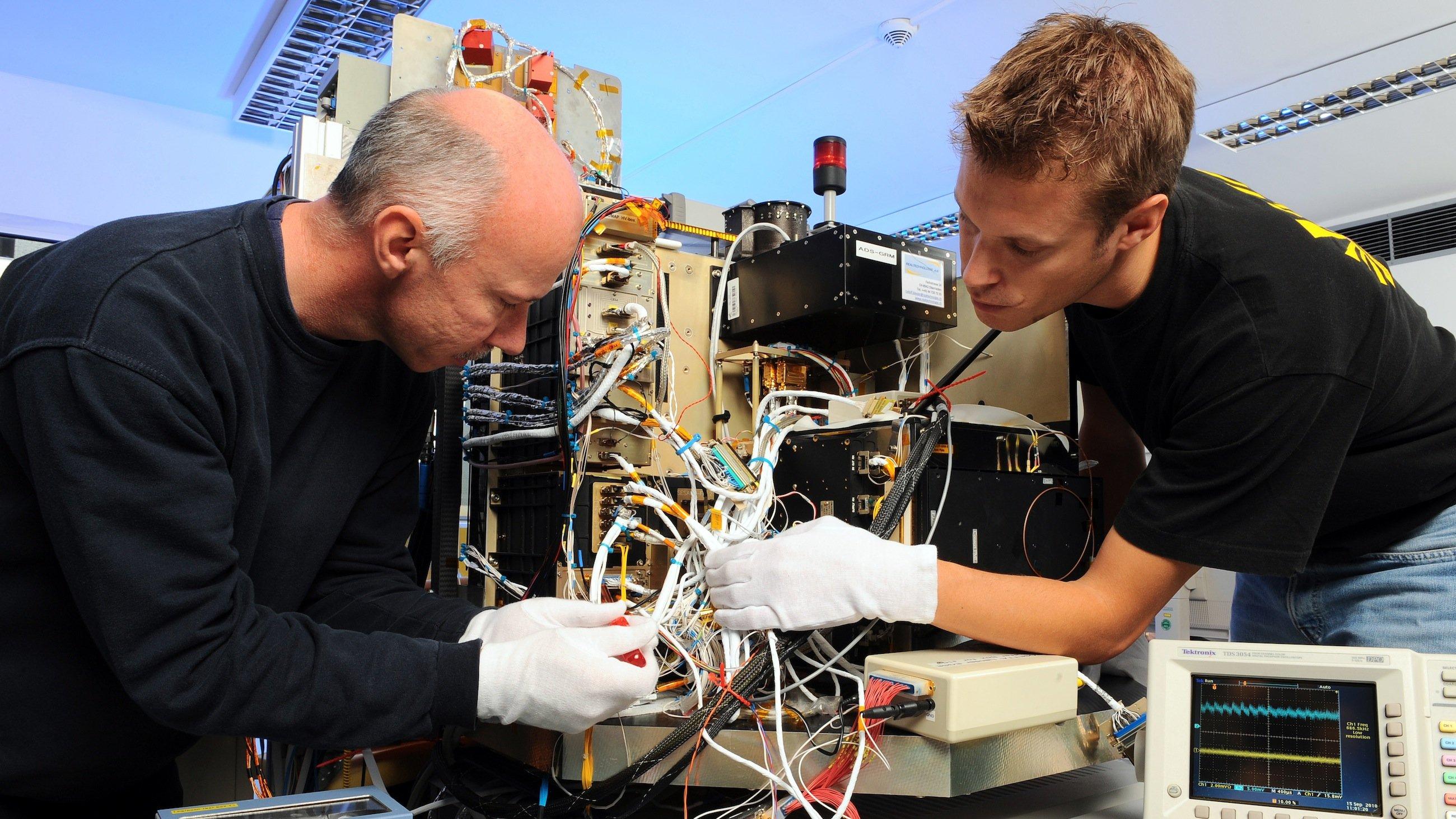 An einem Modell von Lander Philae am Deutschen Zentrum für Luft- und Raumfahrt (DLR) testen Ingenieure des DLR-Lander-Kontrollzentrums neue Kommandos für Philae.