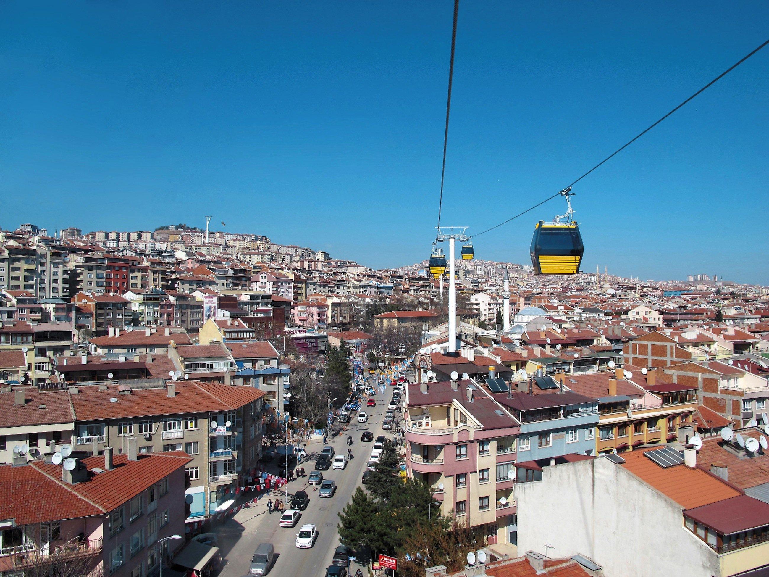 Auch in Städten ohne gewaltige Höhenunterschiede können Seilbahnen das Verkehrsnetz entlasten, wie hier in Ankara.