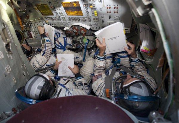 Im Inneren der Sojus-Raumkapsel ist es reichlich eng. Sechs Stunden musste die Besatzung dort verharren.
