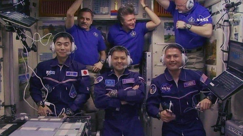 Mit sechs Wissenschaftlern an Bord der ISS ist die Besatzung wieder vollständig. Jetzt beginnen rund 100 Experimente aus den Bereichen Biologie, Biotechnologie, Physik und Geowissenschaft.