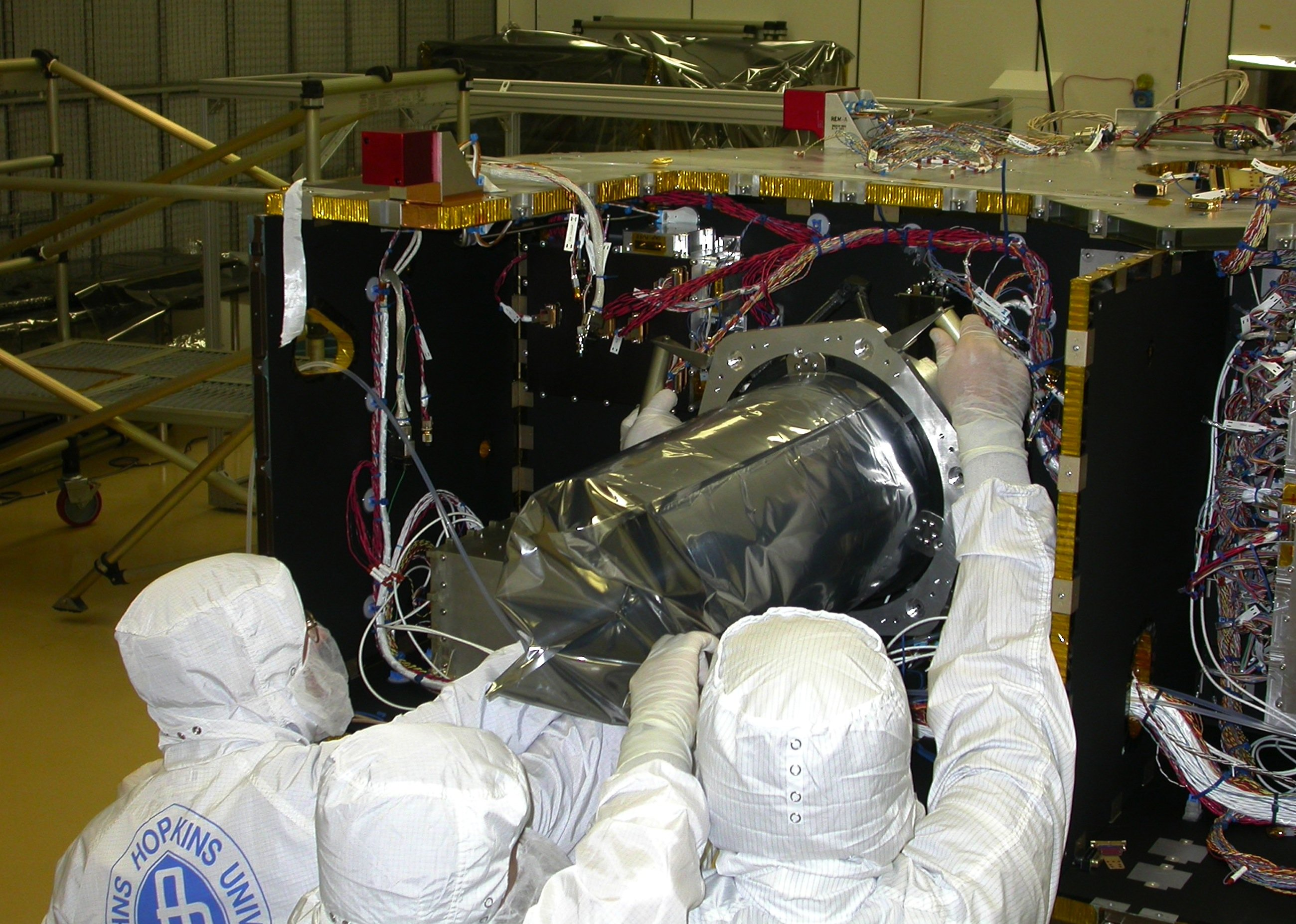 Ingenieure der Johns Hopkins University beim Einbau der hochauflösenden Kamera Lorri in die Sonde New Horizons.